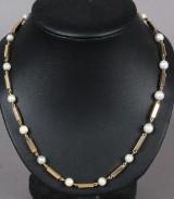Halskæde af 14 kt guld med perler, 31,8 gram