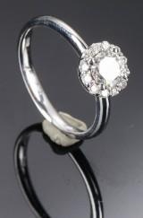 Diamantring af 18 kt hvidguld prydet med brillanter i alt ca. 0.75 ct
