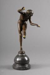 Bronzefigur af ung kvinde