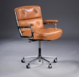 Charles Eames. Kontorstol. Time Life Lobby Chair, patineret cognacfarvet læder.