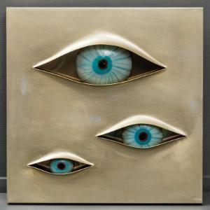 Angelo Brotto for Esperia, surrealistisk vægskulptur med lys 'Malizia' 1974 - Dk, Næstved, Gl. Holstedvej - Angelo Brotto 1914-2002. Surrealistisk vægskulptur 'Malizia' med indlagt lys af rustfrit stål med tre øjne af Muranoglas, fremstillet for Esperia i 1974. Usigneret men mærket fra producenten. H.80 x 80 x d.7/9 cm. Brugss - Dk, Næstved, Gl. Holstedvej