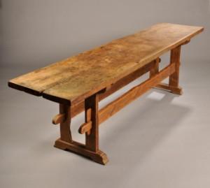Langbord med plade af egetræ i én planke, 1700tallet | Lauritz.com