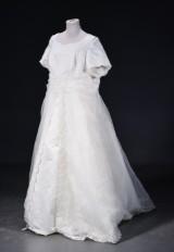 Brudekjole str. 58. Rigt pyntet med palietter og perler.