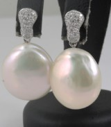 Pearl earrings in 18k with brilliant cut  diamonds 0.55ct