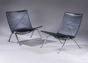 Poul Kj�rholm. A pair of PK-22 lounge chairs, black leather (2) (EUR 4,027)